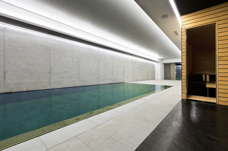 moderne betonnen huis, overdekt zwembad met sauna