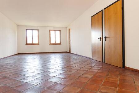 Architecture, intérieur, salle vide avec sol en terre cuite