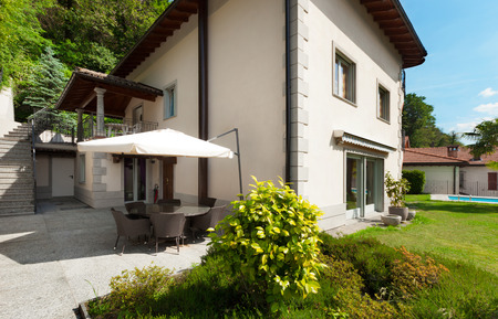 Architectuur, witte huis met tuin Stockfoto