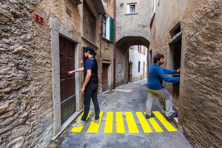 open doors: concepto, los pasos de peatones en el callejón