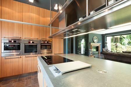 ventana abierta interior: interior de la casa moderna, hermosa cocina
