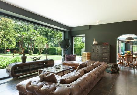 美しいリビング ルーム、クラシックな家具、インテリア