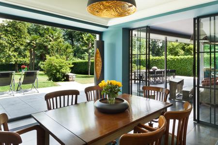 Interiér, moderní dům, jídelna, veranda pohled