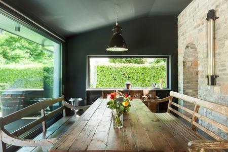 Interior, casa moderna, comedor. muebles rústicos
