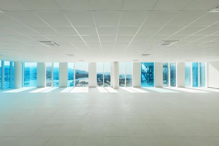 empty glass: Edificio, amplio espacio abierto, rascacielos, ventanas con vistas al mar