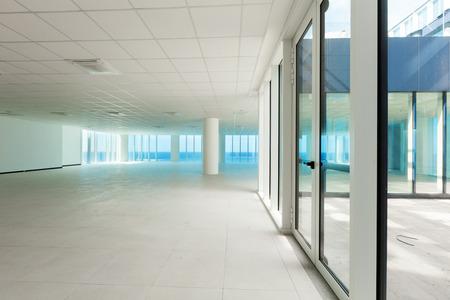?real estate?: Interior, pared de cristal en el edificio de oficinas