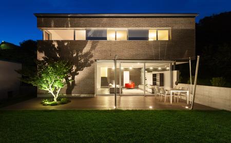 int�rieur de maison: Architecture design moderne, belle maison, sc�ne de nuit Banque d'images
