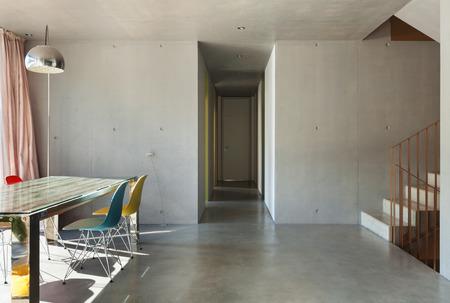 Interni casa moderna, sala da pranzo, muro di cemento
