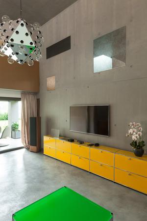 int�rieur de maison: Salon moderne, int�rieur de la maison, vue de la v�randa