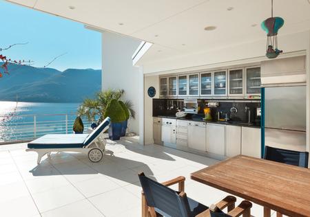 mooi terras van een penthouse met uitzicht op het meer buiten