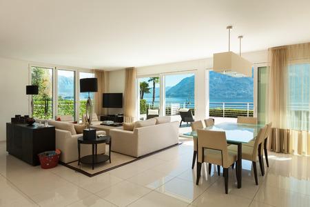 Interno di un appartamento moderno, ampio soggiorno