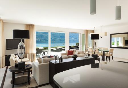 ventana abierta interior: Interior del apartamento moderno, amplio salón Foto de archivo