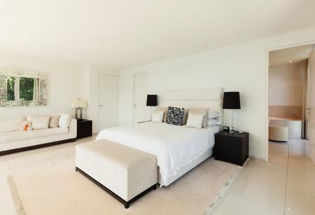 Interior design moderno, confortevole camera da letto