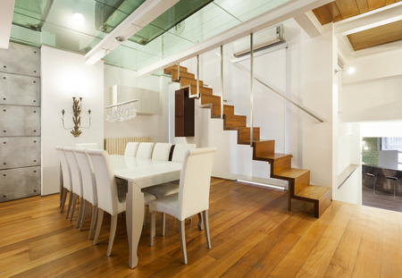 široký loft s moderním nábytkem v jídelně Reklamní fotografie