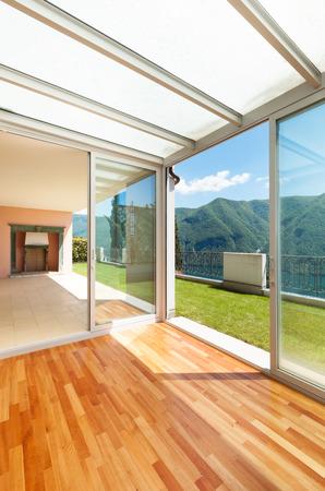 cielos abiertos: Apartamento interior con jardín, terraza Foto de archivo
