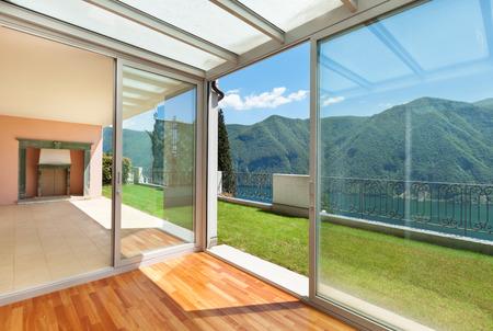 open windows: Apartamento interior con jardín, terraza Foto de archivo