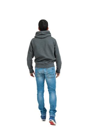 Ritratto di giovane uomo isolato su uno sfondo bianco, vista posteriore