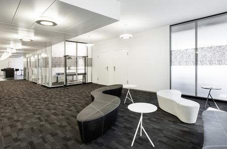 oficina: Interior, sala vacía en el moderno edificio