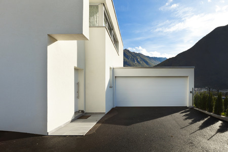 modern huis wit, uitzicht vanaf de binnenplaats met garage