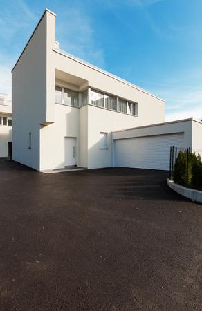 fachada: blanco casa moderna con garaje, vista desde el patio Foto de archivo