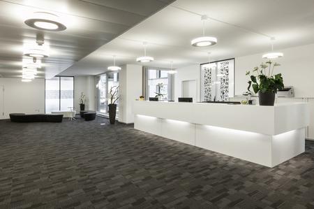 Leere Empfangshalle in einem modernen Gebäude