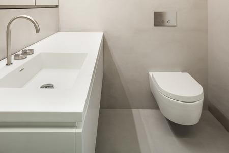 cemento: Arquitectura, baño vacío en el cemento de nuevo apartamento Foto de archivo