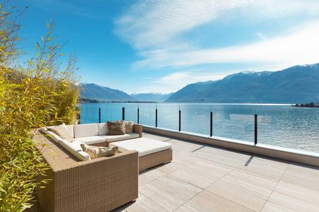 nowoczesna architektura, piękny widok na jezioro z tarasu penthouse