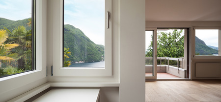 アーキテクチャでは、windows の新しいアパートの空のリビング ルーム 写真素材 - 42573347