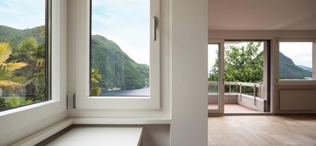 Architectuur, lege woonkamer van een nieuw appartement, ramen Stockfoto