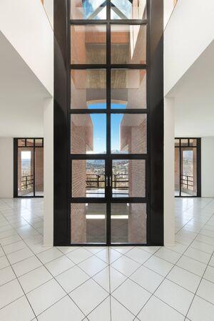 cielos abiertos: Arquitectura, Interiores de apartamento vacío, salón con grandes ventanas