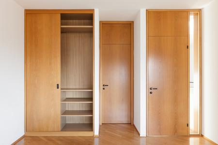 Architettura, interni di appartamento vuoto, camera con cabina armadio