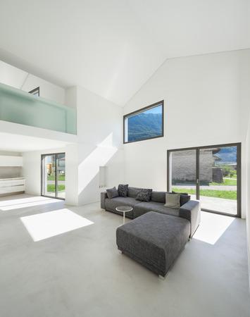 Architektur, die unter modernen Haus, Wohnzimmer mit Sofa