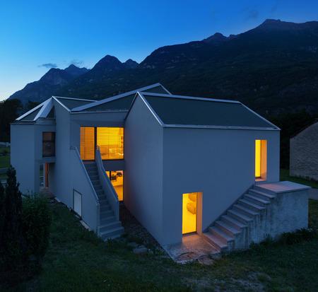 case moderne: architettura, moderne case bianche, vista esterno di notte