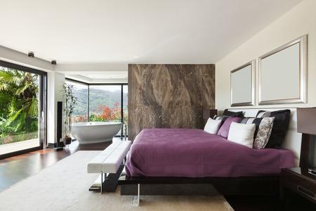 モダンな美しいインテリア、広いベッドルームの家 写真素材