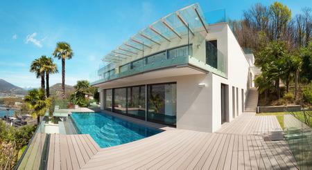 fachada: casa moderna, hermoso patio con piscina al aire libre Foto de archivo