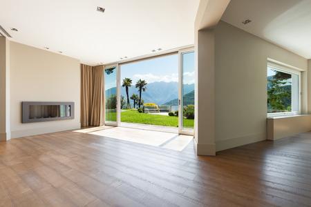 アーキテクチャでは、大きな窓と空のリビング ルーム 写真素材