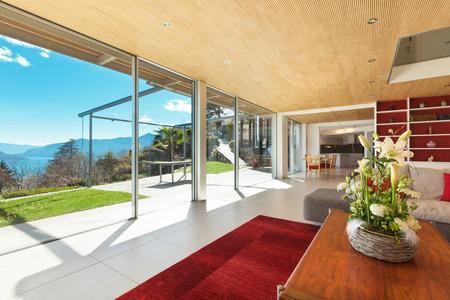 open windows: montaña interior de la casa, sala de estar Foto de archivo