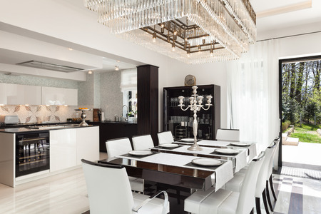 Modern House splendidi interni, sala da pranzo Archivio Fotografico - 44117621