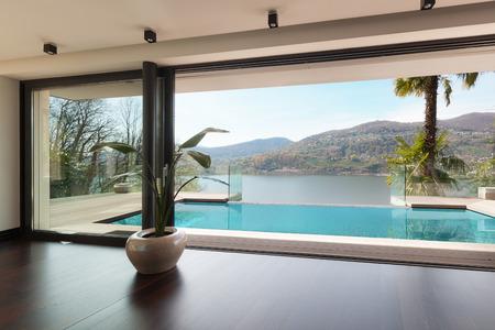 casa moderna, vista a la piscina desde el salón Foto de archivo