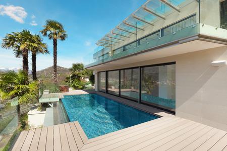 modernes Haus, schöne Terrasse im Freien Lizenzfreie Bilder