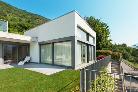 Architectuur, moderne witte huis met tuin, in openlucht Stockfoto