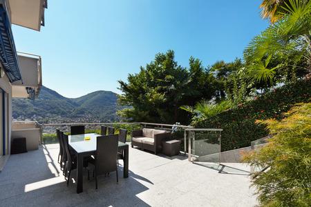 divan: terraza de un edificio, mesa de comedor y sofá, al aire libre