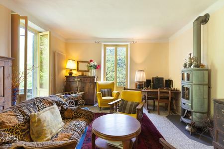 schönes Wohnzimmer von einem rustikalen Haus, Vintage-Möbel