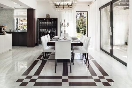 Architektur, modernes Haus, ein schönes Interieur, Esszimmer Standard-Bild - 44078544