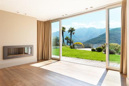 Architectuur, lege woonkamer met grote ramen Stockfoto