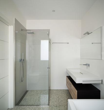 インテリアのモダンな家、白いバスルーム シャワー ボックス 写真素材 - 44127173