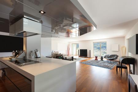 ventana abierta interior: El interior del apartamento, amplia sala de estar, suelo de parquet Foto de archivo