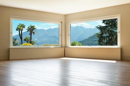 lege woonkamer met grote ramen