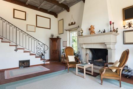 ventana abierta interior: Interior de la casa vieja con muebles clásicos, sala de estar con chimenea Foto de archivo