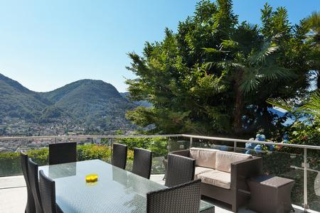 divan: terraza de un edificio, mesa de comedor y sof�, al aire libre